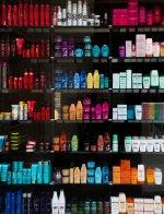 kosmetyki na półce sklepowej